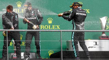 Pembalap Mercedes, Lewis Hamilton, melakukan selebrasi usai menjuarai balapan F1 GP Belgia di Sirkuit Spa-Francorchamps, Minggu (30/8/2020). Lewis Hamilton finis pertama dengan catatan waktu 1 jam 24 menit 8,761 detik. (Francois Lenoir/Pool Photo via AP)