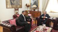 Kepala Rumah Tangga dan Protokol Kepresidenan Mesir (Egyptian Presidential Chamberlain), Mohamed Yehia saat mengunjungi Duta Besar Indonesia untuk Mesir Helmy Fauzi di Wisma Duta, Kairo. (KBRI Kairo)