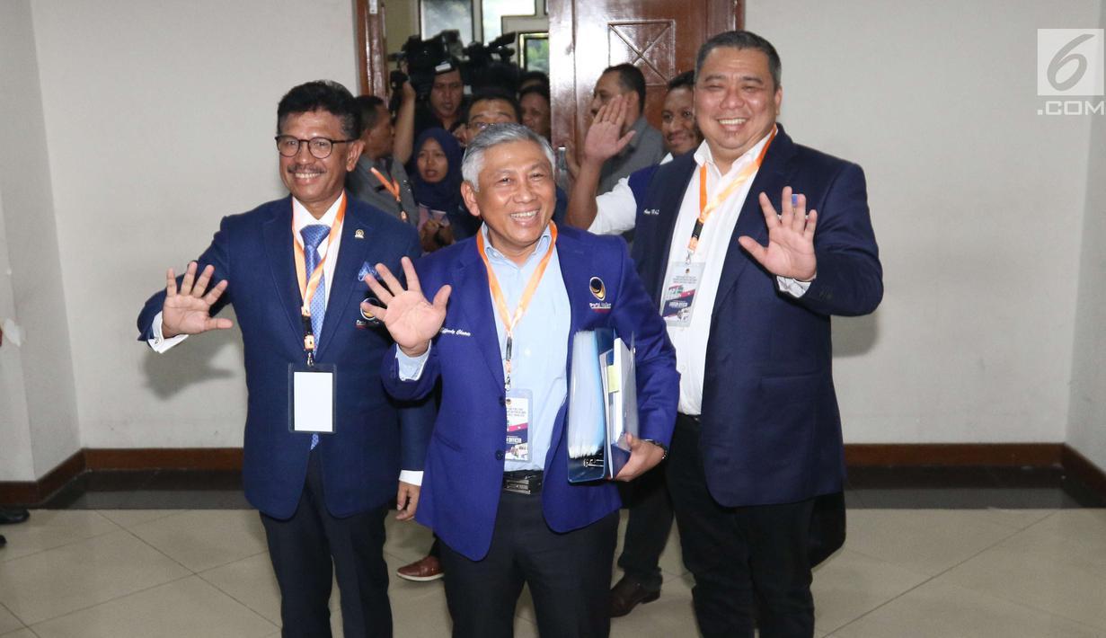 Ketua Bapilu NasDem, Effendy Choirie bersama fungsionaris partai mendatangi kantor KPU RI di Jakarta, Senin (16/7). NasDem menjadi partai pertama yang mendaftarkan bakal calon anggota DPR RI Pemilu 2019 secara resmi ke KPU. (Liputan6.com/Angga Yuniar)