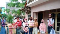 Relawan Solmet membagikan sejumlah paket sembako untuk terdampak Covid-19 di Jakarta. (Istimewa)