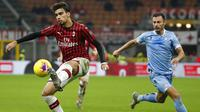 Pemain AC Milan, Lucas Paqueta, melepaskan tendangan ke gawang Lazio pada laga Serie A 2019 di Stadion San Siro, MInggu (3/11). AC Milan takluk 1-2 dari Lazio. (AP/Antonio Calanni)
