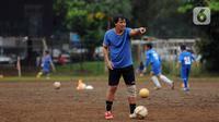 Mantan penyerang Timnas Indonesia, Ricky Yakobi saat melatih di salah satu lapangan di Jakarta. Ricky Yacobi adalah striker top pada periode pertengahan 1980-an hingga awal 90-an. (Liputan6.com/Helmi Fithriansyah)