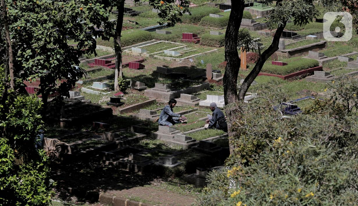 Warga berziarah kubur di makam keluarga pada hari kedua Lebaran di TPU Kebagusan, Jakarta, Senin (25/5/2020). Tradisi ziarah kubur saat Idul Fitri yang biasa dilakukan muslim relatif sepi dibandingkan tahun-tahun sebelumnya dikarenakan pandemi corona covid-19. (Liputan6.com/Johan Tallo)