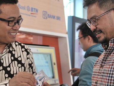 CEO KapanLagi Youniverse (KLY) Steve Christian menerima kartu Perfeq Rider dari Dirut PT Railink Heru Kuswanto, Jakarta, Rabu (31/10). Pemberian kartu sebagai apresiasi terhadap Steve sebagai pengguna rutin kereta bandara. (Merdeka.com/Iqbal S. Nugroho)