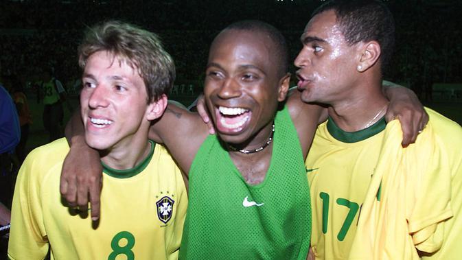 Legenda Timnas Brasil Juninho Paulista, Edilson dan Denilson (ki-ka) merayakan kemenangan di Sao Luis, Brasil. Edilson, salah satu dari 11 orang yang didakwa dengan kasus penipuan, pemalsuan dokumen publik, korupsi dan pencucian uang. (AFP/ANTONIO SCORZA)