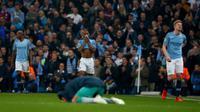 Pemain Manchester City, Raheem Sterling dan Kevin De Bruyne bereaksi setelah timnya disingkirkan Tottenham Hotspur pada leg kedua perempat final Liga Champions di Etihad Stadium, Rabu (17/4).  Langkah City di Liga Champions musim ini terhenti di perempat final kendati menang 4-3. (AP/Dave Thompson)