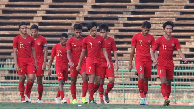 Para pemain Timnas Indonesia U-22 tampak kecewa usai ditahan imbang Malaysia U-22 pada laga Piala AFF U-22 2019 di Stadion National Olympic, Phnom Penh, Selasa (20/2). Kedua negara bermain imbang 2-2. (Bola.com/Zulfirdaus Harahap)