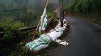 Sepanjang 20 meter bahu jalan ambrol dengan kedalaman delapan meter di pinggir jalan menuju kawasan wisata Gunung Bromo di Sukapura, Kabupaten Probolinggo, Jatim. (Liputan6.com/Dian Kurniawan)