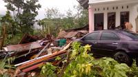Sebanyak 19 rumah di kelurahan Penfui, Kota Kupang rusak diterjang angin puting beliung, Kamis (28/2/2019). (Liputan6.com/Ola Keda)