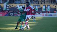 Duel pemain Persipura, Samassa Mahamadou (kanan), dengan pemain PSS, Ricky Kambuaya di Stadion Maguwoharjo, Kamis (19/9/2019). (Bola.com/Vincentius Atmaja)
