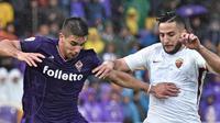 Pemain Fiorentina, Giovanni Simeone (kiri) dan pemain AS Roma, Kostas Manolas berebut bola pada laga Serie A di Artemio Franchi stadium, Florence, (5/11/2017). AS Roma menang 4-2. (Maurizio Degl'Innocenti/ANSA via AP)