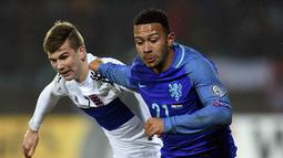 Dalam laga ini Memphis Depay baru bermain pada babak kedua usai menggantikan posisi Wesley Sneijder. (AFP/John Thys)