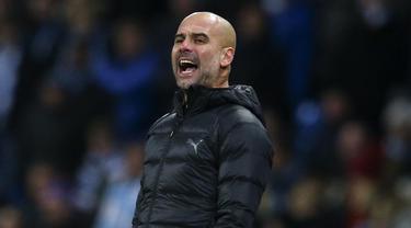 Pelatih Manchester City, Pep Guardiola, memberikan arahan kepada anak asuhnya saat melawan Hoffenheim pada laga Liga Champions di Stadion Etihad, Rabu (12/12). Manchester City menang 2-1 atas Hoffenheim. (AP/Dave Thompson)