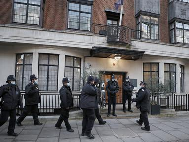 Polisi berdiri di luar rumah sakit King Edward VII di London, Kamis (18/2/2021). Pihak keluarga kerajaan Inggris mengatakan suami Ratu Elizabeth II, Duke of Edinburgh Pangeran Philip (99), dirawat di rumah sakit setelah merasa tidak enak badan pada Selasa (16/2) malam. (AP Photo/Frank Augstein)