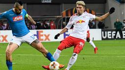Gelandang Napoli, Marek Hamsik berebut bola dengan pemain RB Leipzig, Kevin Kampl saat bertanding pada laga leg kedua 32 besar Liga Europa di Red Bull Arena, (22/2). Napoli menang 2-0 atas Leipzig. (AP Photo / Jens Meyer)