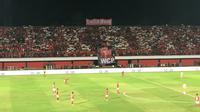 Semeton Dewata memasang spanduk Widodo C Putro pada laga Bali United versus Persija, Minggu (2/12/2018) di Stadion I Wayan Dipta, Gianyar. (Bola.com/Benediktus Gerendo)