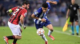 FC Porto tampil menekan sejak dimulainya babak pertama. Luis Diaz (kanan) hampir membuat tuan rumah unggul saat laga baru berjalan lima menit. Namun, tembakannya masih mengenai tiang gawang. (AFP/Fernando Veludo)
