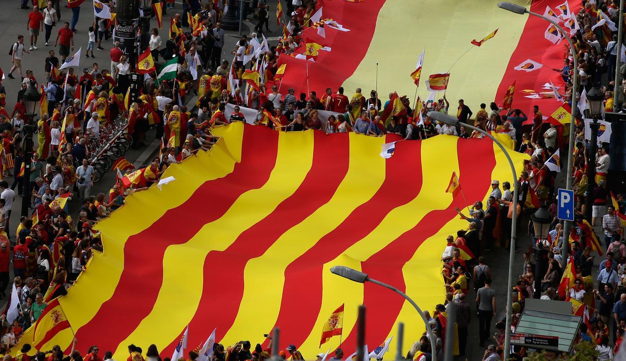PHOTO: Hari Nasional Spanyol, Warga Arak Bendera Raksasa ...