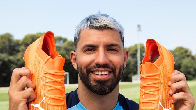 Striker Manchester City, Sergio Aguero, memperlihatkan sepatu Puma Ultra yang sudah diuji coba olehnya. (Ist)
