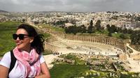 Becky Tumewu saat berkunjung ke situs arkeologi Jerash di Yordania (Dok.Instagram/@https://www.instagram.com/p/Bv_uU6VBYaK/Komarudin)
