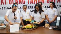 Sejumlah warga dan relawan Pronata menggelar potong tumpeng untuk peringati hari ulang tahun Presiden Jokowi, Kamis (21/6).(Liputan6.com/Fajar Abrori)