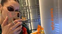Camilan Bella Hadid dalam unggahan Insta Storynya, 27 November 2018, dari Malaysia menuju Tokyo. (dok.Instagramstory/@Bellahadid/Asnida Riani)