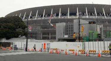Persiapan terus dilakukan Jepang jelang penyelenggaraan Olimpiade 2020. Salah satu tempat yang sedang berhias adalah Stadion Nasional Tokyo.