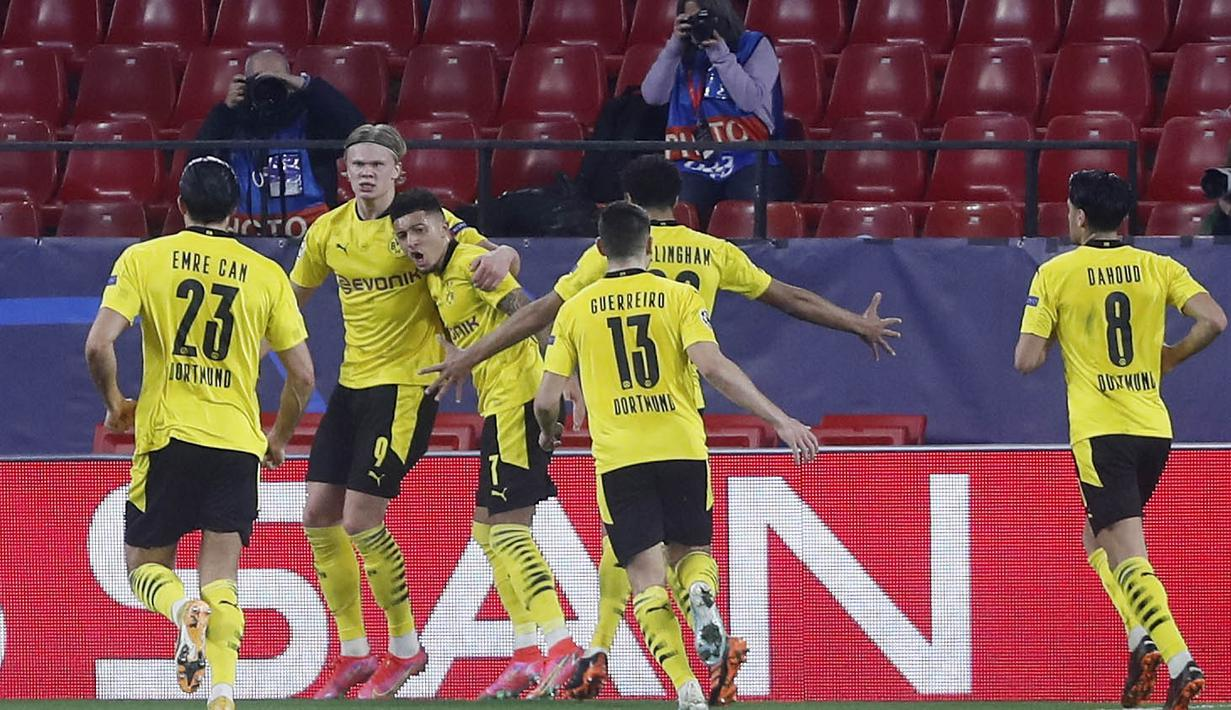 Para pemain Borussia Dortmund  merayakan gol yang dicetak oleh Erling Haaland ke gawang Sevilla pada laga Liga Champions di Stadion Ramon Sanchez Pizjuan, Kamis (18/2/2021). Dortmund menang dengan skor 2-3. (AP/Angel Fernandez)