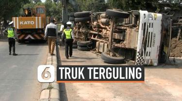 Peristiwa kecelakaan tejadi di Kota Tangerang. Akibat sebuah truk mengalami kecelakaan tunggal dan terguling menimpa sebuah bengkel. Akibat kecelakaan akses menju bandara Soetta lumpuh.