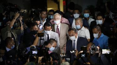 Mantan Perdana Menteri Malaysia Najib Razak meninggalkan gedung pengadilan di Kuala Lumpur, Malaysia, Selasa, (28/7/2020). Pengadilan di Malaysia menghukum Najib Razak 12 tahun penjara atas tujuh dakwaan terhadapnya dalam kasus korupsi 1MDB. (AP Photo/Vincent Thian)