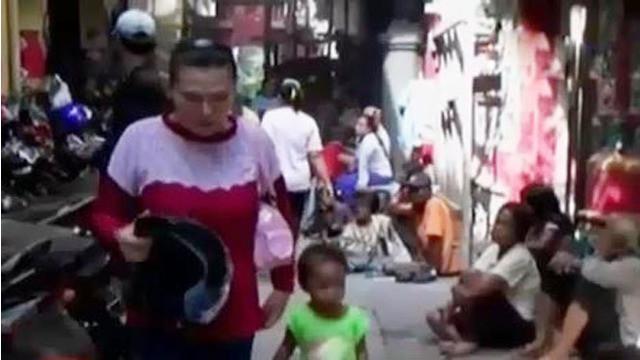 Puluhan pengemis musiman dan anak-anak berebut angpao di Klenteng, hingga wisata ancol menjadi pilihan warga Jakarta.