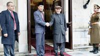 Presiden Joko Widodo berjabat tangan dengan Presiden Afghanistan Ashraf Ghani saat kunjungan kenegaraan ke Afghanistan (29/1). Dalam pertemuan itu, Presiden Jokowi dan Presiden Ghani mengikuti serangkaian acara.(Liputan6.com/Pool/Rusman Biro Pers Setpres)