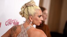 Lady Gaga berpose saat tiba menghadiri acara American Cinematheque Award ke-32 untuk menghormati Bradley Cooper di Beverly Hills, California, AS (29/11). Lady Gaga tampil seksi mengenakan gaun transparan berwarna krem. (AP Photo/Jordan Strauss)