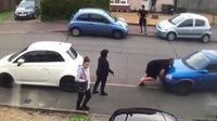 Seorang pria yang dijuluki Tulk atau Turkish Hulk seorang diri mendorong mobil yang menghalangi pekarangan rumah. (Motor1)