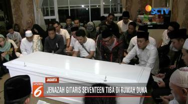 Jenazah Herman Seventeen tiba di rumah duka di Pancoran, Jakarta Selatan. Rencananya jenazah akan dimakamkan di Maluku Utara.