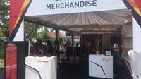 Booth official merchandise Audisi Umum Beasiswa Bulu Tangkis 2019 di GOR Jati, Kudus. (Liputan6.com/Harley Ikhsan)