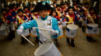 Seorang anak mengenakan seragam memimpin grupnya untuk memukul drum saat perayaan La Tamborrada di kota Basque San Sebastian, Spanyol (20/1). Acara ini bertujuan untuk menghormati santo pelindung mereka. (AP Photo / Alvaro Barrientos)