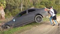 Selebgram buang BMW Seri 3 ke sungai (Carscoops)