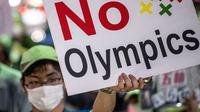 Tampak warga Jepang bentangkan spanduk menolak gelaran Olimpiade Tokyo 2020. (Philip FONG / AFP)