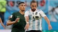 Pemain timnas Argentina, Gonzalo Higuain berebut bola dengan pemain Nigeria Leon Balogun pada matchday terakhir Grup D Piala Dunia 2018 di Stadion St Petersburg, Selasa (26/6). Argentina meraih tiket ke 16 besar setelah menang 2-1. (AP/Dmitri Lovetsky)