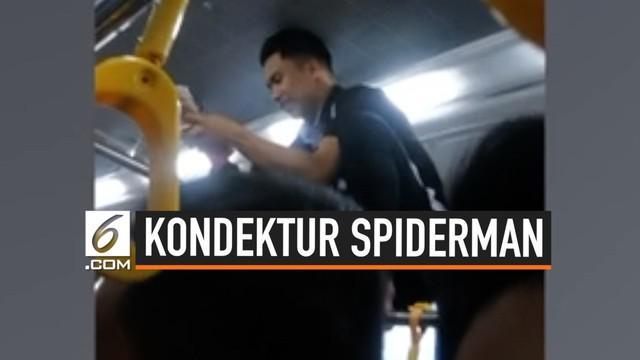 Seorang kondektur bus beraksi menyerupai spiderman untuk menarik ongkos penumpang. Aksinya ini menjadi perhatian warganet dan viral di Twitter.