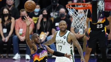 Chris Paul (kiri) tampil gemilang saat pertandingan Suns melawan Bucks pada Game 1 Final NBA 2021. Ia tercatat sebagai pencetak poin terbanyak Phoenix Suns dengan menyumbangkan 32 poin dan sembilan assist. (Foto: AP/Ross D. Franklin)