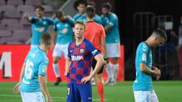 Gelandang Barcelona, Frenkie De Jong, tampak kecewa usai dikalahkan Osasuna pada laga lanjutan La Liga pekan ke-37 di Camp Nou, Jumat (17/7/2020) dini hari WIB. Barcelona kalah 1-2 atas Osasuna. (AFP/Lluis Gene)