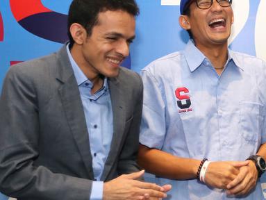 CEO Indonesia Medical, Gamal Albinsaid, Pengusaha Sandiaga Uno dan Founder Kahmipreneur, Kamrusammad saat berbincang pada acara Indonesia Young Entrepreneur Summit 2018 di Ciputra Artpreneur World, Jakarta, Minggu (28/10). (Liputan6.com/Fery Pradolo)