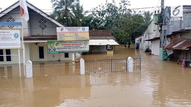 Setelah sempat luluh lantak akibat tsunami, Desa Teluk di Pandeglang kini diserang banjir. Kondisi ini membuat bantuan sulit untuk masuk ke lokasi.