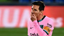 Striker Barcelona, Lionel Messi, tampak kecewa usai ditaklukkan Getafe pada laga Liga Spanyol di Stadion Coliseum Alfonso Perez, Minggu (18/10/2020). Barcelona takluk dengan skor 1-0. (AFP/Gabriel Bouys)