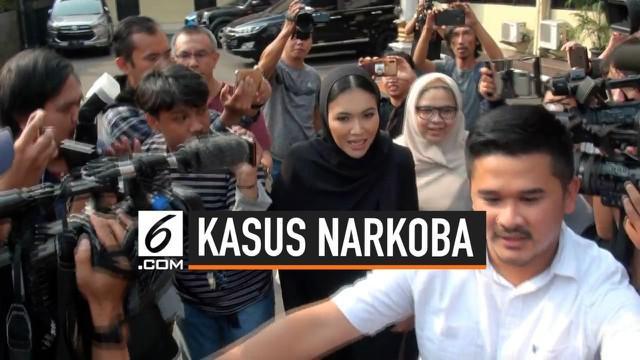 Artis Denada membesuk mantan suaminya, Jerry Aurum di Polres Jakarta Barat. Bertemu Denada Jerry menangis. Jerry Aurum Ditangkap polisi karena terlibat narkoba.