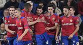 Para pemain CSKA Moskow merayakan gol yang dicetak Georgy Shchennikov ke gawang Real Madrid pada laga Liga Champions di Stadion Santiago Bernabeu, Madrid, Rabu (12/12). Madrid kalah 0-3 dari CSKA. (AFP/Javier Soriano)