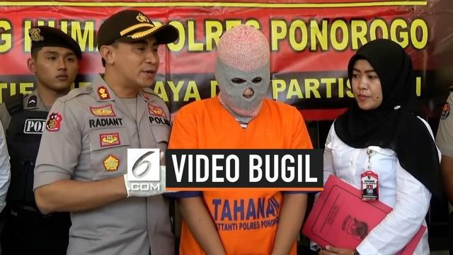Seorang pemuda di Ponorogo, Jawa Timur tega menyebarkan video bugil pacarnya sendiri. Hal ini dilakukan sebagai balas dendam lantaran ajakan hubungan intim sebelumnya ditolak mentah-mentah.