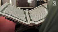 Pengunjung melihat koleksi mushaf Alquran terbesar yang dipamerkan di Museum Bayt Al-Quran, Jakarta, Minggu (19/5/2019). Bayt Al-Quran menampilkan sejarah diturunkannya Alquran mulai dari diturunkannya kepada Nabi Muhammad SAW hingga digital. (merdeka.com/Iqbal Nugroho)